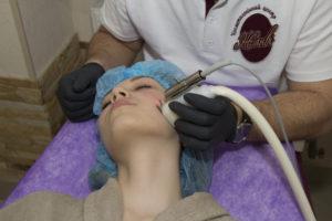 Процес чистки обличчя у салоні Жанві, Львів